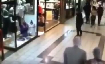 Dziadek powstrzymuje złodzieja w centrum handlowym