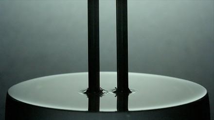 Nagranie w 30 tys. fps ukazujące w spowolnieniu jak rezonuje kamerton w wodzie