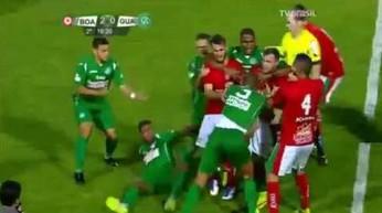 Piłkarz wpadł w furię i zaatakował sędziego!