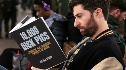Czytanie nieprawdziwych książek o penisach, waginach i innych głupich rzeczach w metrze