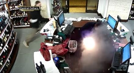Wybuchający e-papieros w sklepie monopolowym