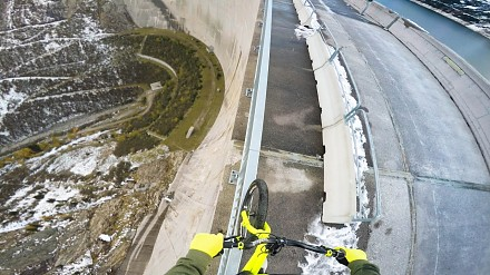 Jazda rowerem na krawędzi 200 metrowej tamy