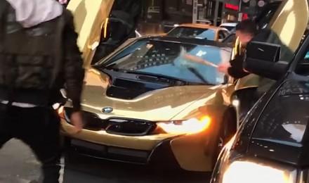 Wkurzony kierowca rozbił szybę w złotym BMW i8