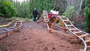 Dziadek majstruje mini kolejkę górską dla wnuczków