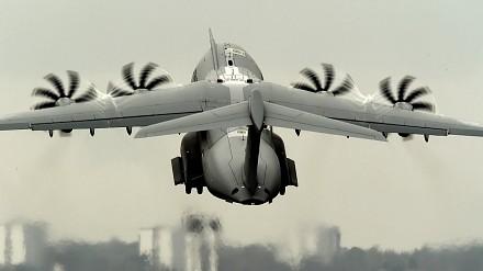 Hipnotyzujący widok kręcących się śmigieł w Airbus A440M Atlas
