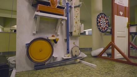 Największa na świecie maszyna Rube Goldberga zapalająca lampki na choince