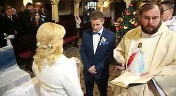 Chamskie zachowanie księdza - przerwał przysięgę małżeńską