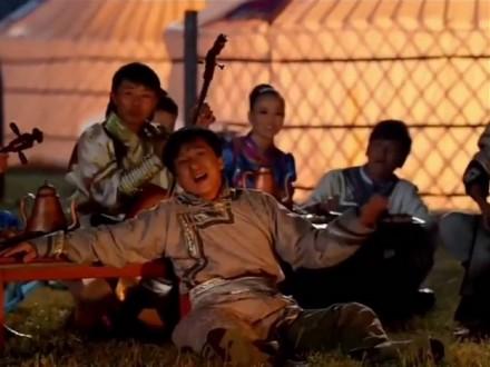 """Jackie Chan śpiewa """"Rolling in the deep"""" z Mongołami"""