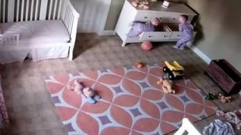 Dwulatek ratuje swojego brata bliźniaka