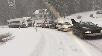 Audi Quattro pomagają ciężarówce podjechać pod zaśnieżoną górkę