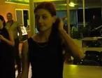 Kobieta z głębokim gardłem i piwem