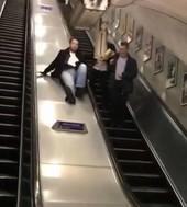 Pijany na ruchomych schodach