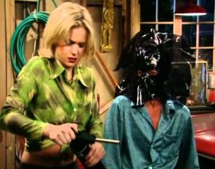 Kelly i Bud Bundy przyciemniają szyby w aucie Ala