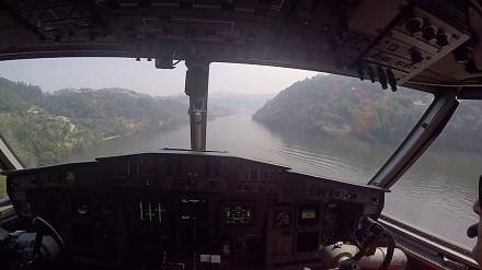 Widok z kokpitu samolotu gaśniczego podczas uzupełniania wody