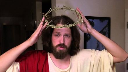 Jezus Chrystus testuje oryginalną koronę cierniową z Amazona