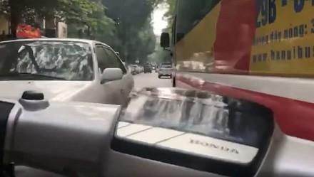 Szalona jazda na skuterze po zatłoczonych ulicach Wietnamu