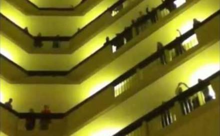 Kilkuset studentów wykonało hymn ze wszystkich hotelowych pięter