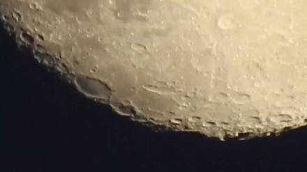 Gość używa kamery, by zoomować Księżyc