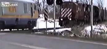 Maszynista wyskakuje z pociągu przed zderzeniem