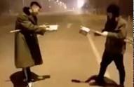 Dwóch Chińczyków strzela do siebie fajerwerkami