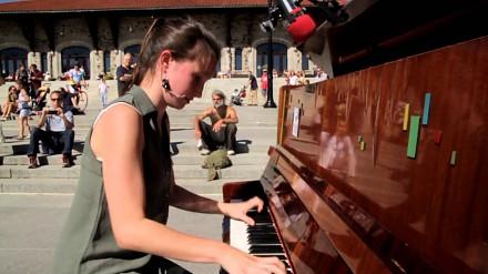 Dziewczyna pokazała wszystkim, jak grać na pianinie w miejscu publicznym