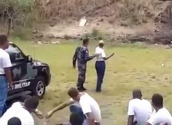 Kadetka brazylijskiej policji rzuca granat nie w tę stronę co trzeba