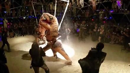 Walka t-rexów niczym z Fight Clubu