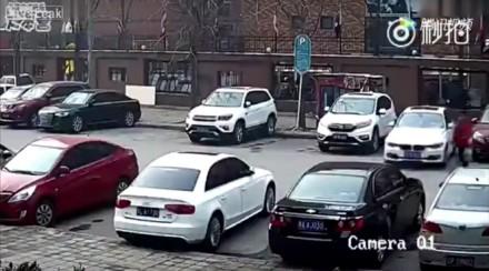 Chińczyk chciał być tak dokładny w parkowaniu, że aż nie uwierzycie jak mu wyszło