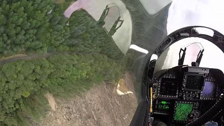 Niskie przeloty myśliwcem F-18