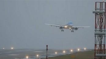 Lądowanie w ekstremalnych, sztormowych warunkach