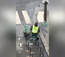 W Paryżu wiedzą, jak radzić sobie z wodą zalewającą ulice