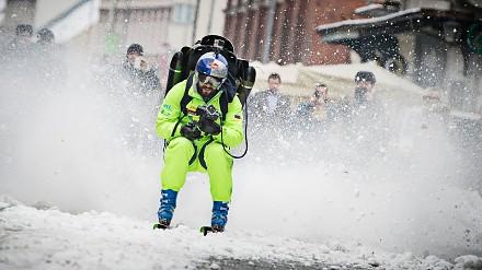 Szalona jazda na nartach z jetpackiem przez miasto