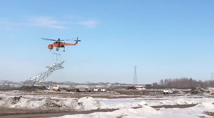 Efektowny transport słupa wysokiego napięcia za pomocą helikoptera