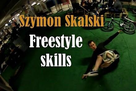 Niesamowite triki z piłką w wykonaniu polskiego mistrza freestyle'u