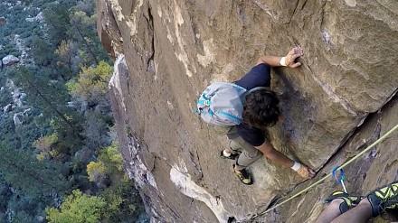 Wariat bez liny wyprzedza zespół wspinaczy 100 metrów nad ziemią