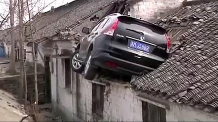 Chiński mistrz parkowania wylądował na dachu