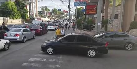 Kierowca nie uszanował pieszych i dostał od nich nauczkę