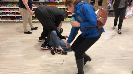 """Kobieta """"pożycza"""" kilka rzeczy ze sklepu i wpada w szał, gdy zostaje zatrzymana"""