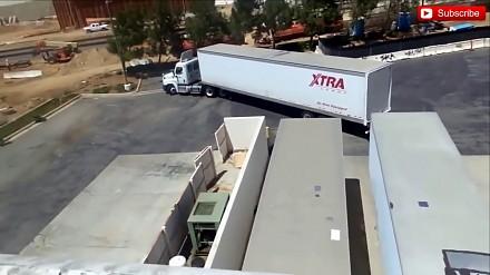 Kierowca ogromnego amerykańskiego tira daje popis parkowania tyłem