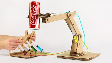 Hydrauliczne ramię wykonane ze strzykawek i kartonu