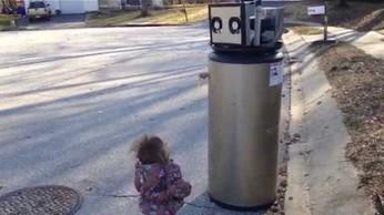 """""""Hi, wobot!"""" - dziewczyna wita się z robotem"""