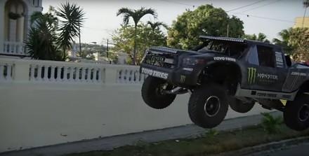 BJ Baldwin w swojej mocarnej furze szaleje po ulicach urokliwej Hawany