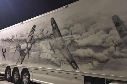 Za sprawą niezwykłej ciężarówki Dywizjon 303 znowu zachwyca Anglię