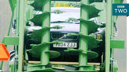 Volvo przemielone przez rozrzutnik obornika