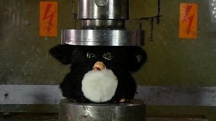 Miażdżenie Furby za pomocą prasy hydraulicznej