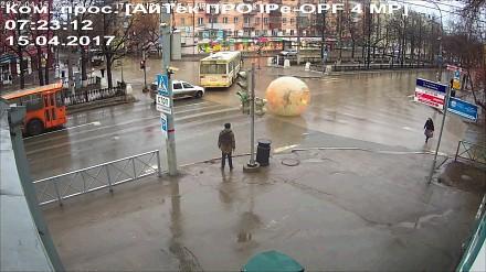 Człowiek-chomik przejeżdża przez skrzyżowanie