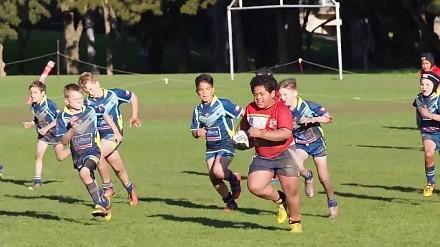 Mały rugbysta bez trudu powala kolejnych przeciwników