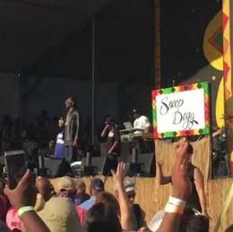 Kobieta tłumaczy koncert Snoop Dogga na migowy