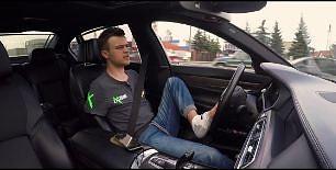Bartek i  zapinanie pasów, pobieranie biletów parkingowych i prezentacja BMW 750Li