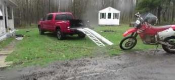 Pewien pan pokazuje, jak sprawnie zaparkować crossa